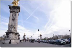 パリの芸術 飛行機雲とウォールアート